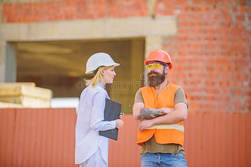 Bouwproject het inspecteren Het concept van de veiligheidsinspecteur De inspectie van de bouwwerfveiligheid Bespreek vooruitgangs stock afbeelding