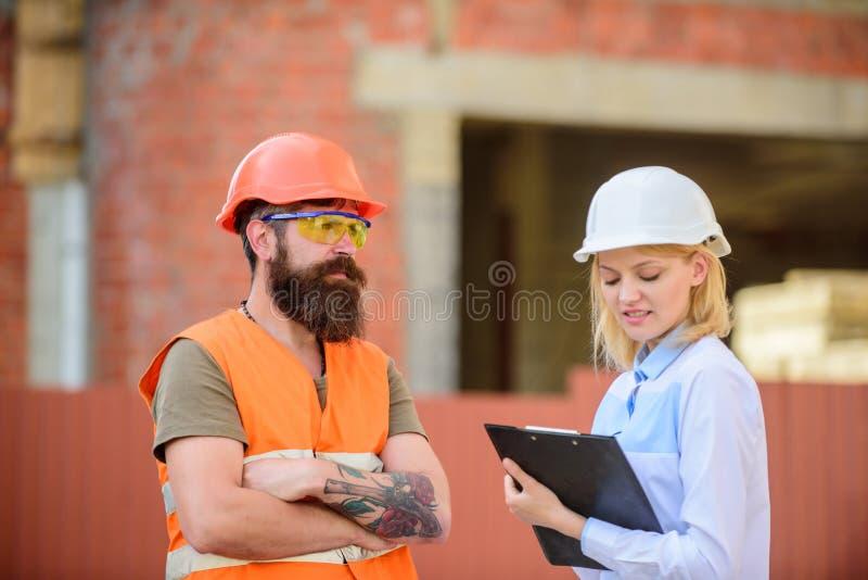 Bouwproject het inspecteren De inspectie van de bouwwerfveiligheid Bespreek vooruitgangsproject Het concept van de veiligheidsins royalty-vrije stock afbeeldingen