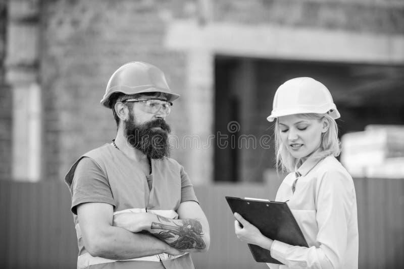 Bouwproject het inspecteren De inspectie van de bouwwerfveiligheid Bespreek vooruitgangsproject Het concept van de veiligheidsins stock foto's