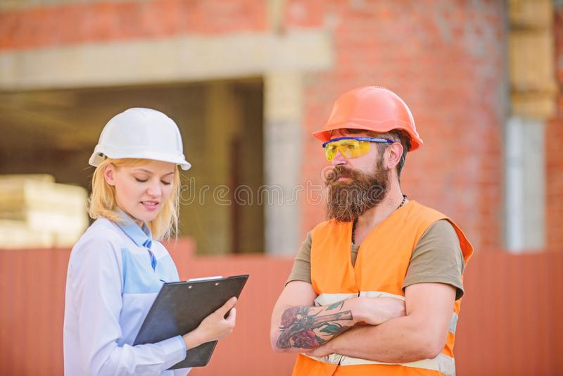 Bouwproject het inspecteren De inspectie van de bouwwerfveiligheid Bespreek vooruitgangsproject Het concept van de veiligheidsins royalty-vrije stock foto's