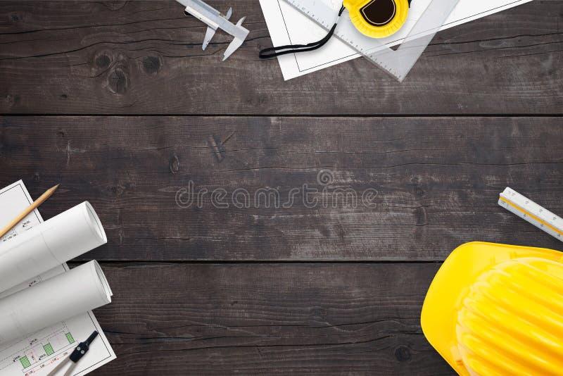 Bouwprojecten en hulpmiddelen om te meten op een houten lijst stock foto's