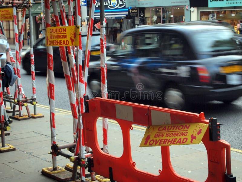 Bouwsteiger en Waarschuwingsborden, Londen, het UK stock foto