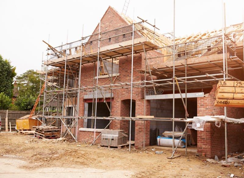 Bouwterrein met Huis in aanbouw stock afbeeldingen