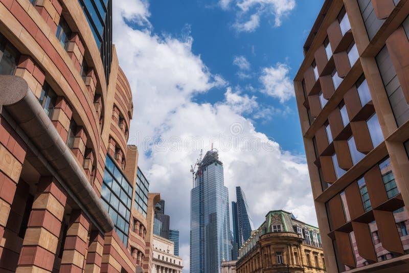 Bouwterrein met kranen in de Stad van de zaken van Londen Nieuwe ontwikkeling naast bank van Engeland stock fotografie