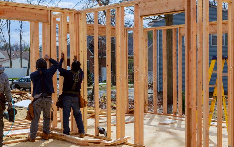 Bouwvakker Building Timber Frame in Nieuw Huis royalty-vrije stock afbeelding
