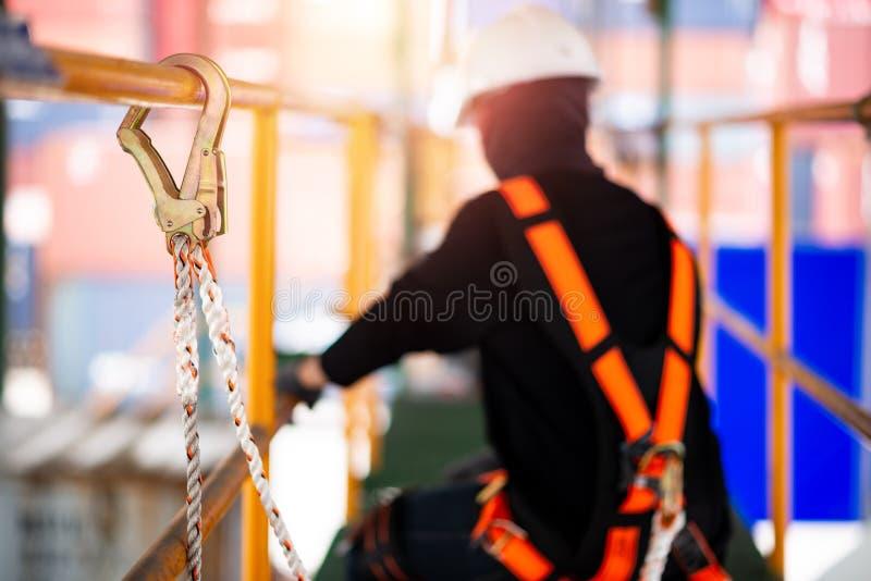 Bouwvakker die veiligheidsuitrusting en veiligheidslijn dragen stock afbeeldingen