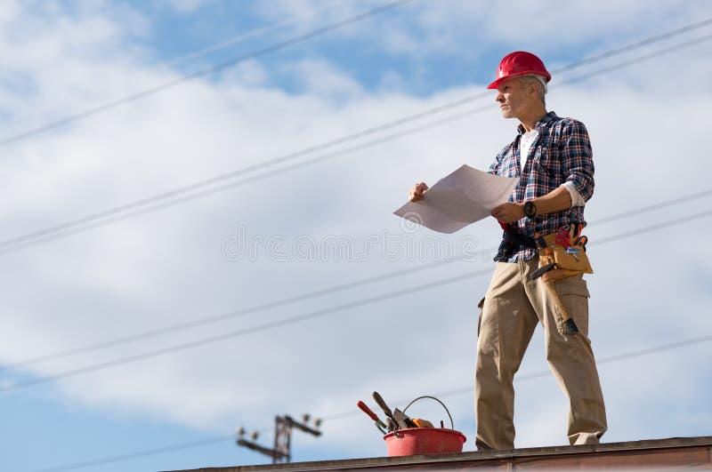 Bouwvakker op dak stock fotografie