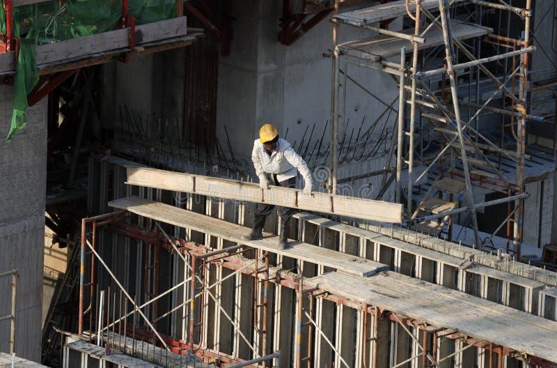 Bouwvakkers bij high-rise de bouw royalty-vrije stock afbeelding