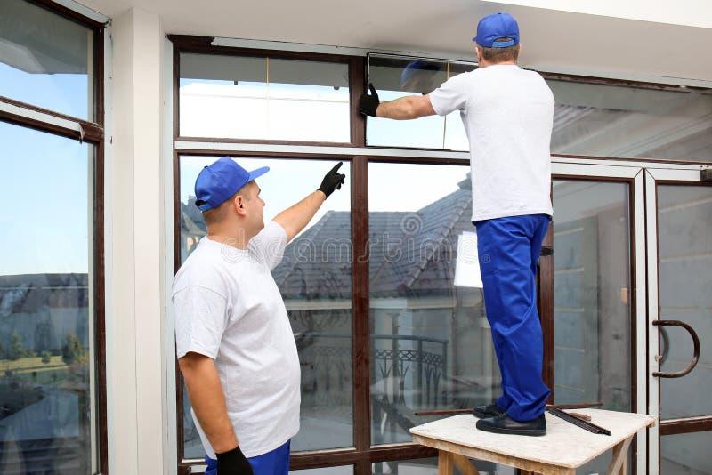 Bouwvakkers die venster herstellen royalty-vrije stock foto