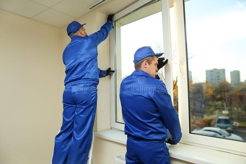 Bouwvakkers die venster herstellen royalty-vrije stock fotografie