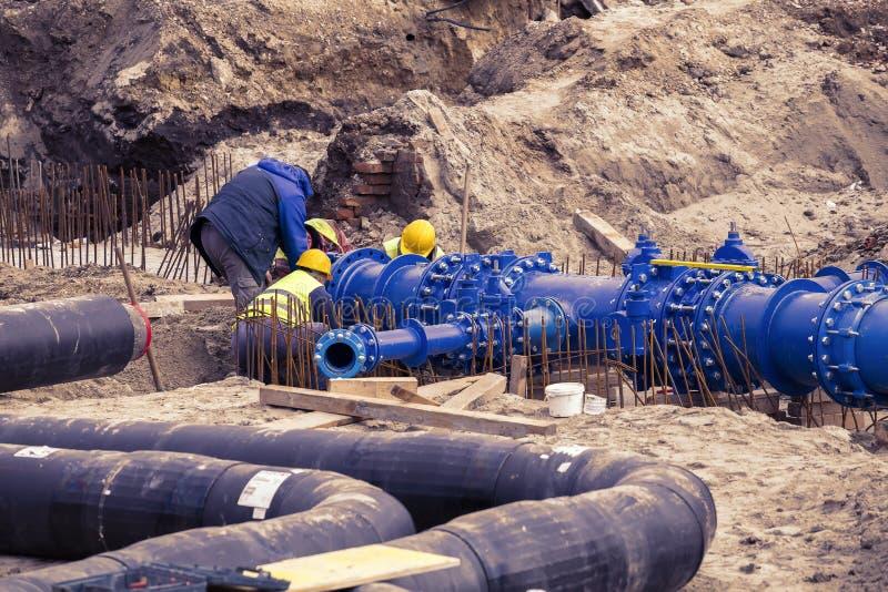 Bouwvakkers gelegde pijpleiding 2 van het watersysteem royalty-vrije stock afbeelding