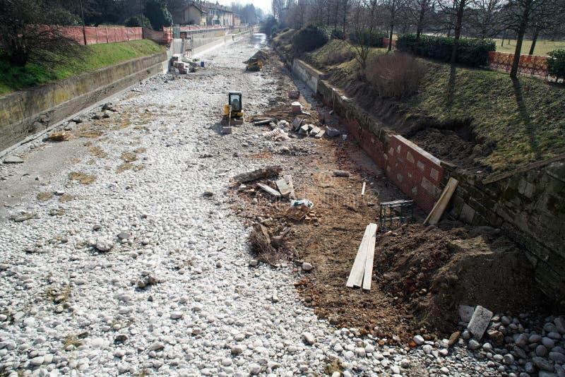 Bouwwerf beschadigde muur die, bouwmachines, bulldozer, uitgraving, fabriek herstellen royalty-vrije stock afbeeldingen