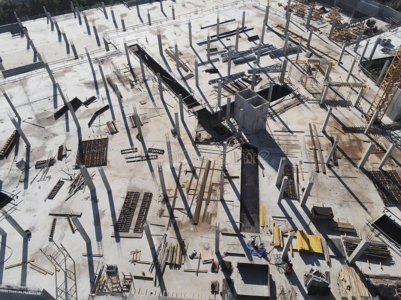 Bouwwerf luchtmening Wandelgalerij de bouwbasis met stevige concrete pijlers Zware machines en het hoge torenkraan werken royalty-vrije stock foto's
