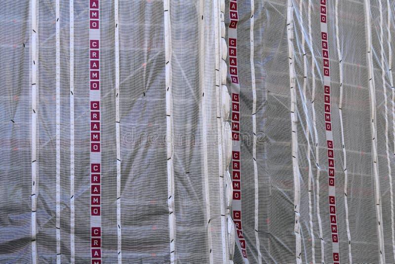Bouwwerf van Cramo met Plastic Omslagen in Helsinki wordt behandeld dat stock foto