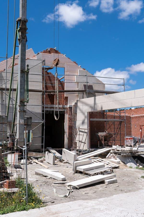 Bouwwerf van een nieuw gebouwd huis met steenvoorgevel stock foto's