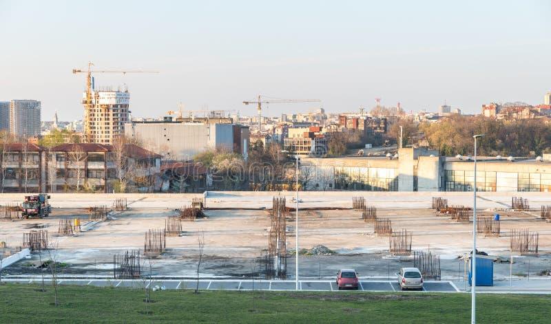 Bouwwerf van het nieuwe multiparkeren van de verhaalgarage met beton en staalversterking en de stad van Belgrado op de achtergron stock afbeeldingen