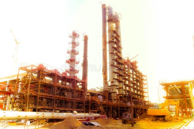 Bouwwerf voor de bouw van een olieraffinaderij met grote rectificatiekolommen bij een olieraffinaderij, petrochemische installati royalty-vrije stock foto
