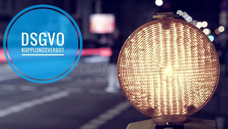 Bouwwerflamp bij een bouwwerf bij nacht met stromend verkeer op de achtergrond met de inschrijving DSGVO Datensch royalty-vrije stock afbeelding
