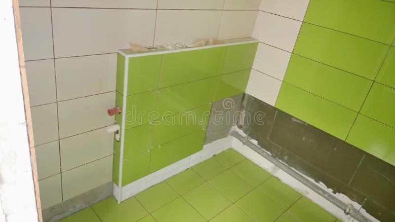 Bouwwerkzaamheid in de flat, installatie van tegels op royalty-vrije stock foto