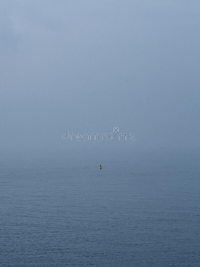 Bouy nebbioso in open water immagini stock libere da diritti