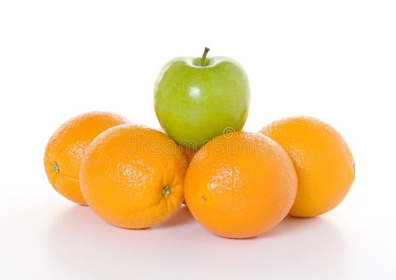 Boven de Menigte - Groene Appel aan Sinaasappelen stock afbeeldingen