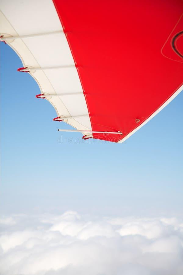 Boven de wolken in een hangen-zweefvliegtuig royalty-vrije stock afbeelding