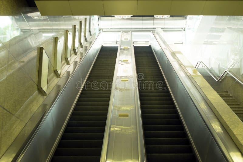 Boven en beneden roltrapstappen in metro stock afbeelding