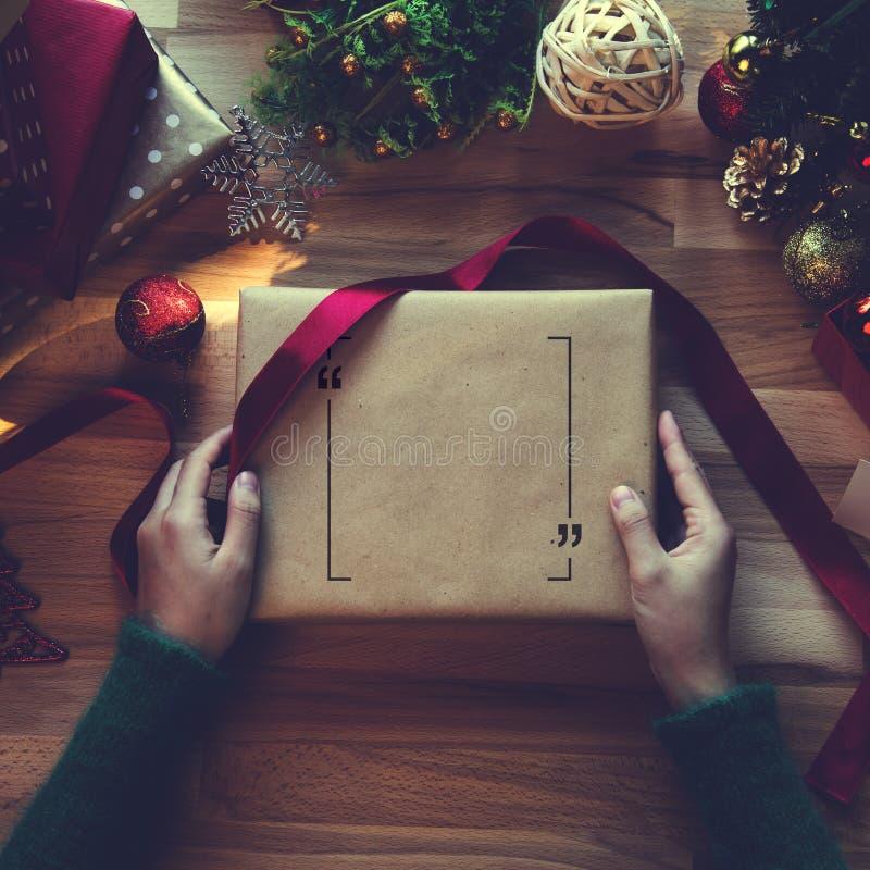 Boven geschoten van Kerstmis stelt en verpakkende documenten voor stock foto