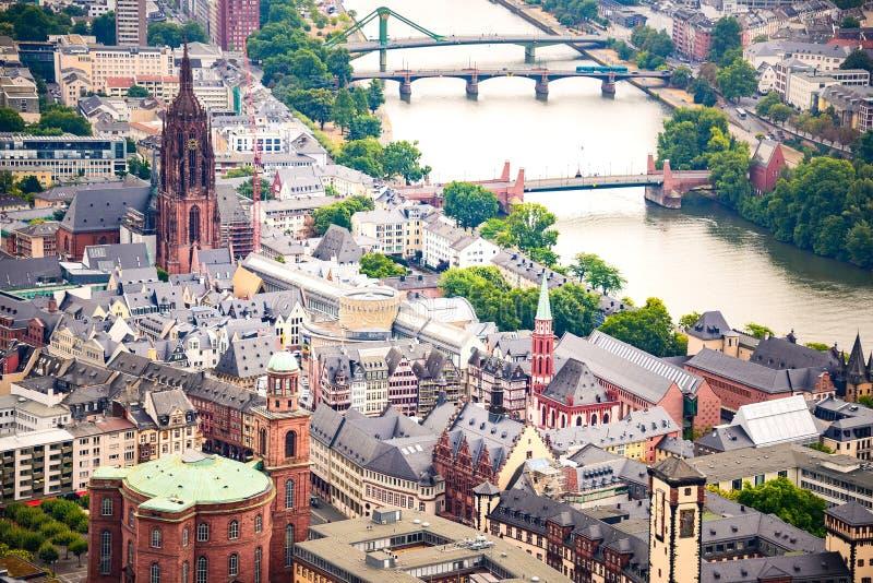 Boven mening op het centrum van de de stadsstad van Frankfurt oude - Romerberg-vierkant, St Bartholomew kathedraal en St Paul ker stock afbeelding
