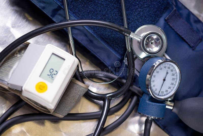 Boven mening van de monitor die van de polsbloeddruk normale bloeddruk, met een stethoscoop en een tensiometer over a tonen royalty-vrije stock afbeeldingen