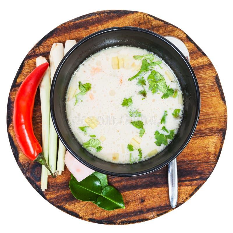 Boven mening van de Thaise yam van soeptom in kom aan boord stock afbeeldingen