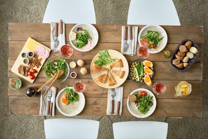 Boven Mening van Feestelijke Dinerlijst royalty-vrije stock foto