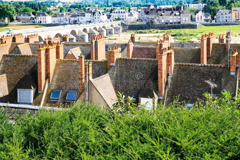 boven mening van Gien stad en de Loire reverbed stock foto's