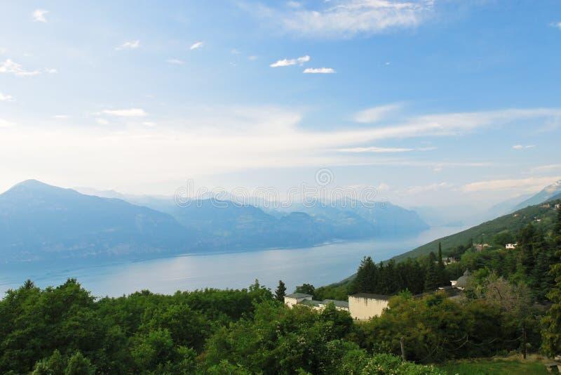 Boven mening van Meer Garda van Monte Baldo, Italië stock afbeeldingen