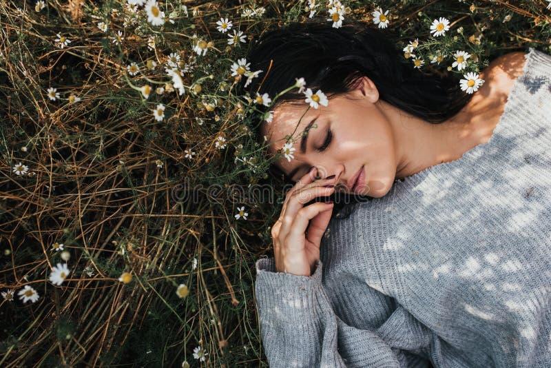 Boven mening van mooi donkerbruin jong meisje die in openlucht van aard genieten Het horizontale portret van een aantrekkelijke K stock fotografie
