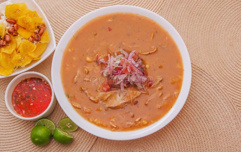 Boven mening van traditioneel Ecuatoriaans voedsel genoemd Encebollado die, binnen stoven de vissen en de ringsuien, met popcorn  royalty-vrije stock fotografie