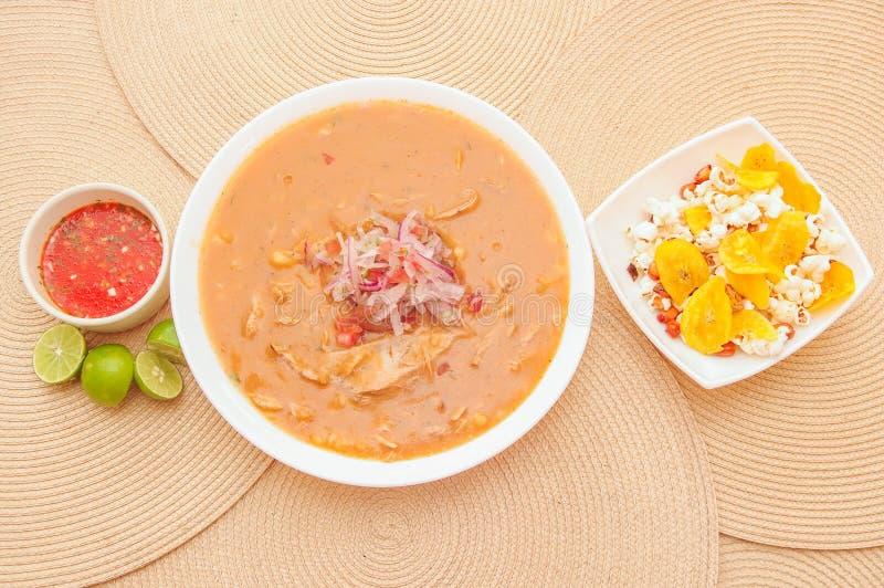 Boven mening van traditioneel Ecuatoriaans voedsel genoemd Encebollado die, binnen stoven de vissen en de ringsuien, met popcorn  stock afbeelding
