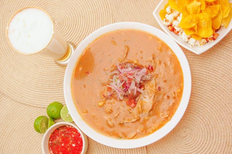 Boven mening van traditioneel Ecuatoriaans voedsel genoemd Encebollado die, binnen stoven de vissen en de ringsuien, met popcorn  royalty-vrije stock foto
