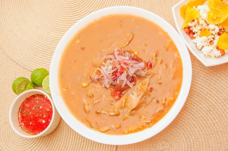 Boven mening van traditioneel Ecuatoriaans voedsel genoemd Encebollado die, binnen stoven de vissen en de ringsuien, met popcorn  stock afbeeldingen