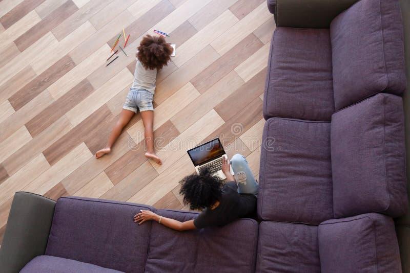 Boven menings Afrikaanse moeder weinig dochter het besteden tijd thuis stock foto's