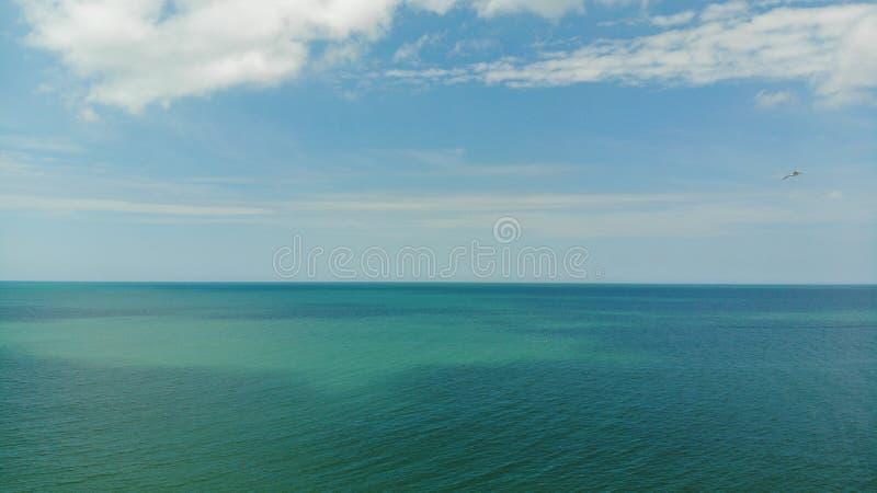 Boven meningsgolf van Mexico Tropische blauwe overzees en blauwe hemel met zon, wolken Duidelijk water in de oceaan Een blauwe, g stock fotografie