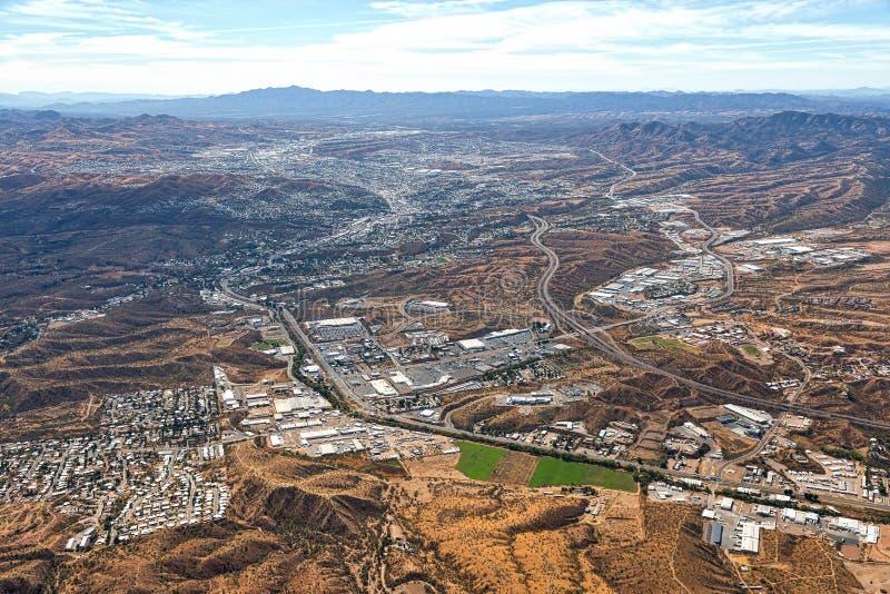 Boven Nogales, Arizona die Nogales, Mexico onderzoeken stock afbeelding