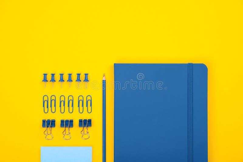 Bovenaanzicht blauw notebook, potlood, clips, klemmen, notitie en andere stilstaande Toebehoren en kantoorbenodigdheden voor scho royalty-vrije stock foto's