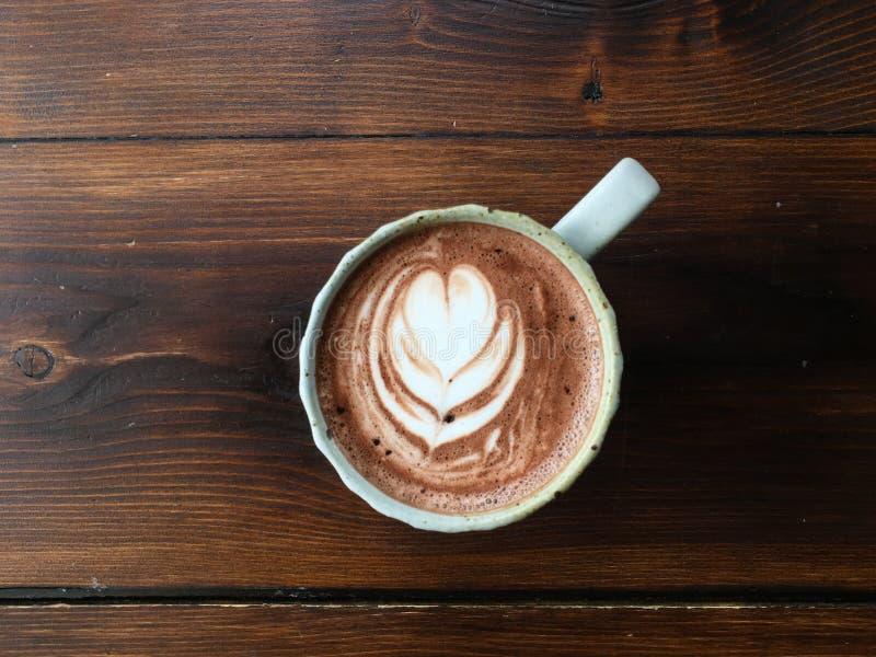 Bovenaanzicht van een kop warme chocolade met latte kunst, espresso koffie en koekjes royalty-vrije stock foto's