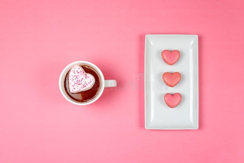 Bovenaanzicht van hete cacao en hartvormige macaroons royalty-vrije stock foto's