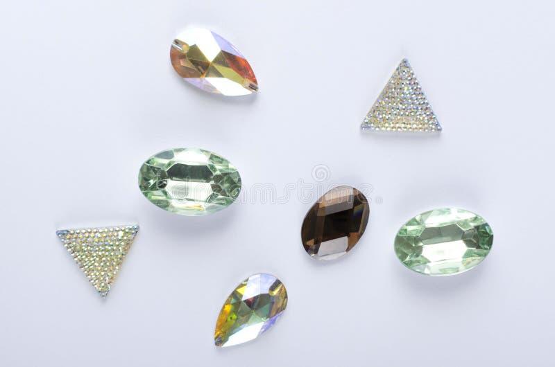 Bovenaanzicht van mooie decoratieve stenen op de witte achtergrond Klein diamanten imitatie stock fotografie