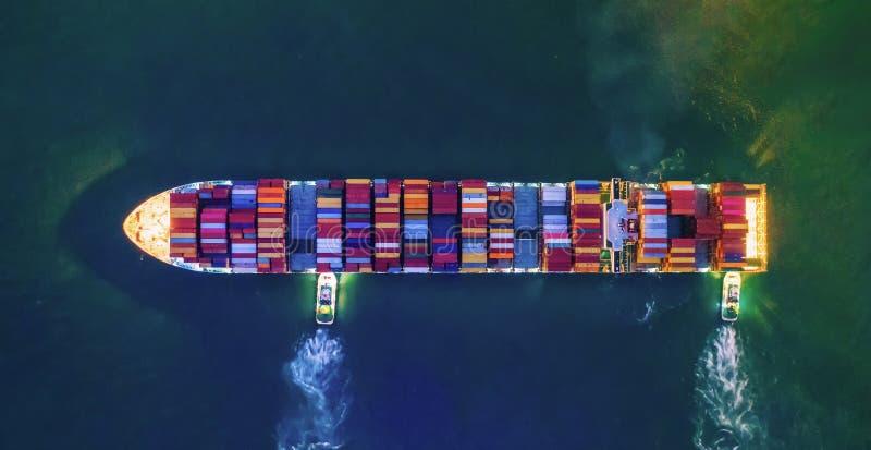 Bovenaanzicht vanuit de lucht van containervrachtschepen in de export-, import-, logistiek- en transportsector met internationale royalty-vrije stock foto's