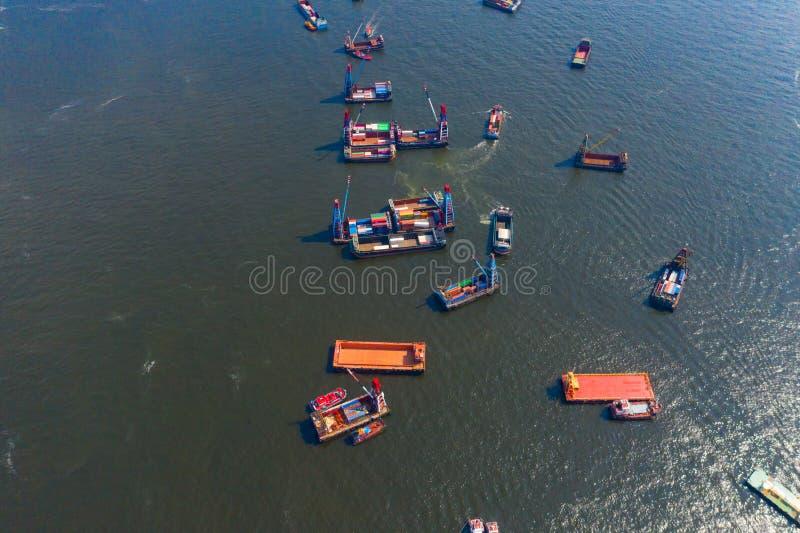 Bovenaanzicht vanuit de lucht van een groep containervrachtschepen in de export-, import-, logistiek- en transportsector met royalty-vrije stock fotografie