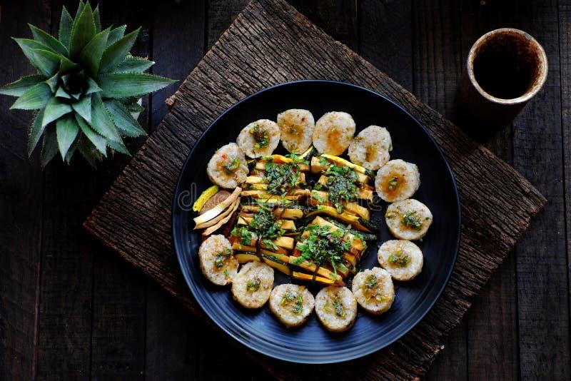 Bovenaanzicht Vegan Vietnamees die binnenshuis restaurant eet, vegetarische rijstrollen die in plak gesneden zijn met groente stock foto's