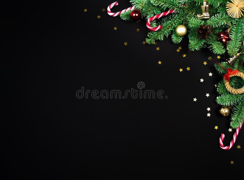 Bovenaanzicht voor frame, bijtakenrand kerstboom, feestelijk decor, sterren confetti layout met kopieerruimte op zwart stock afbeeldingen
